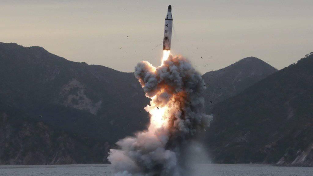 Das undatierte Bild der nordkoreanischen staatlichen Nachrichtenagentur KCNA zeigt den Abschuss einer Rakete von einem nordkoreanischen U-Boot. Nordkorea soll vier weitere Raketentests durchgeführt haben. Sie seien jedoch gescheitert, meldet die japanische Nachrichtenagentur Kyodo.