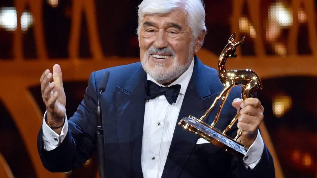 Der 86-jährige Schauspieler Mario Adorf mit dem Bambi, den er für sein Lebenswerk erhielt.
