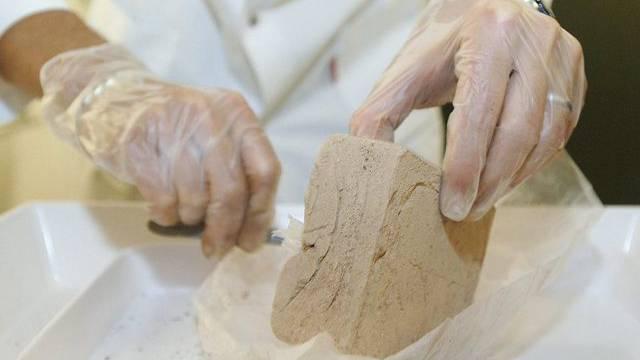 Ein Laborant untersucht einen Heroinfund (Symbolbild)