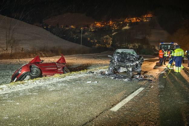 Ein junger Mann verstarb noch auf der Unfallstelle, zwei weitere im Spital. Sie alle sassen im Peugeot.
