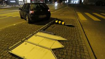 Ein 19-Jähriger das vor ihm fahrende Auto überholen, dabei verlor er die Kontrolle über sein Fahrzeug und kollidierte mit einem Strassenschild.