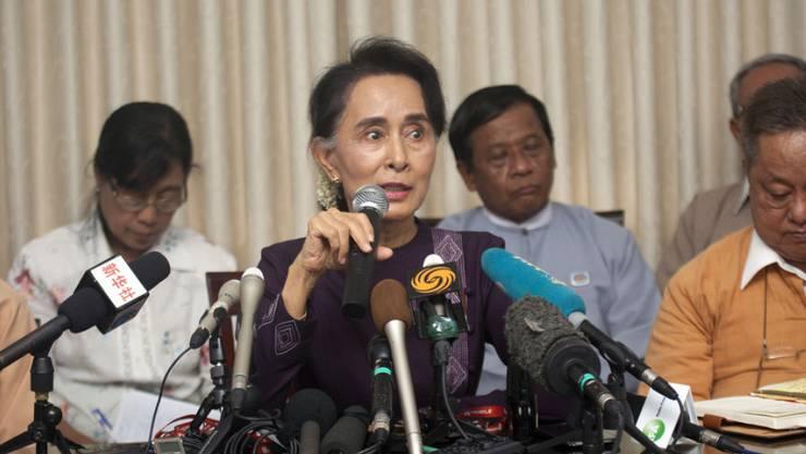 Friedensnobelpreisträgerin Aung San Suu Kyi bei ihrer Ansprache vor Medienvertretern in ihrer Residenz in Myanmars Hauptstadt Naypyidaw