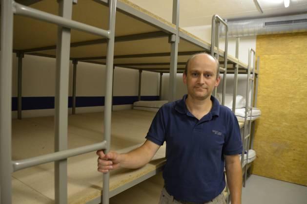 Arno Bürgi, Gemeindepräsident von Kestenholz, vor dem Bettenlager in der Zivilschutzanlage