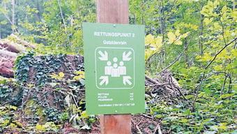 Auf den 34 Rettungstafeln im Forstgebiet Thalwil-Oberrieden-Langnau sind Notfallnummern und Koordinaten zu finden. Das Forstrevier ist schweizweit eines der ersten mit solchen Tafeln.