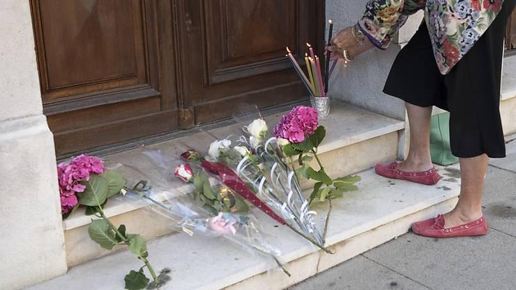 Nach dem Attentat von Nizza drückten auch in der Westschweiz viele Personen ihre Anteilnahme aus, hier eine Frau vor dem französischen Konsulat in Genf. Am Montag bestätigte die Waadt ein zweites Todesopfer.