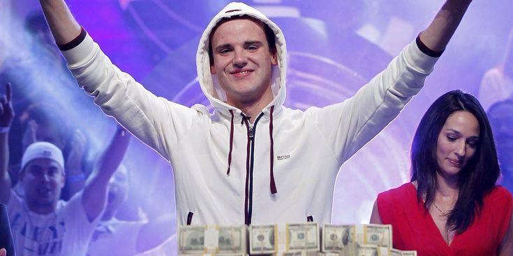 Pius Heinz hat die Hände voll mit Geld.