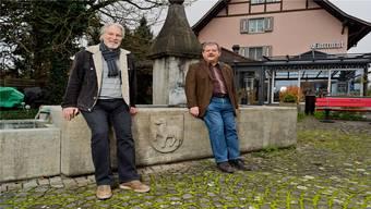 Gemeinderat Kurt Metry (links) und Gemeindeammann Dölf Egli mitten im Dorf beim Kehrbrunnen.