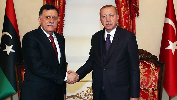 Der libysche Regierungschef Fajis al-Sarradsch (l) hat am Sonntag in Istanbul den türkischen Präsidenten Recep Tayyip Erdogan getroffen.