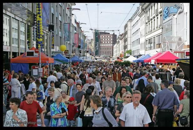 »Volle Strassen in der Bieler Innenstadt«