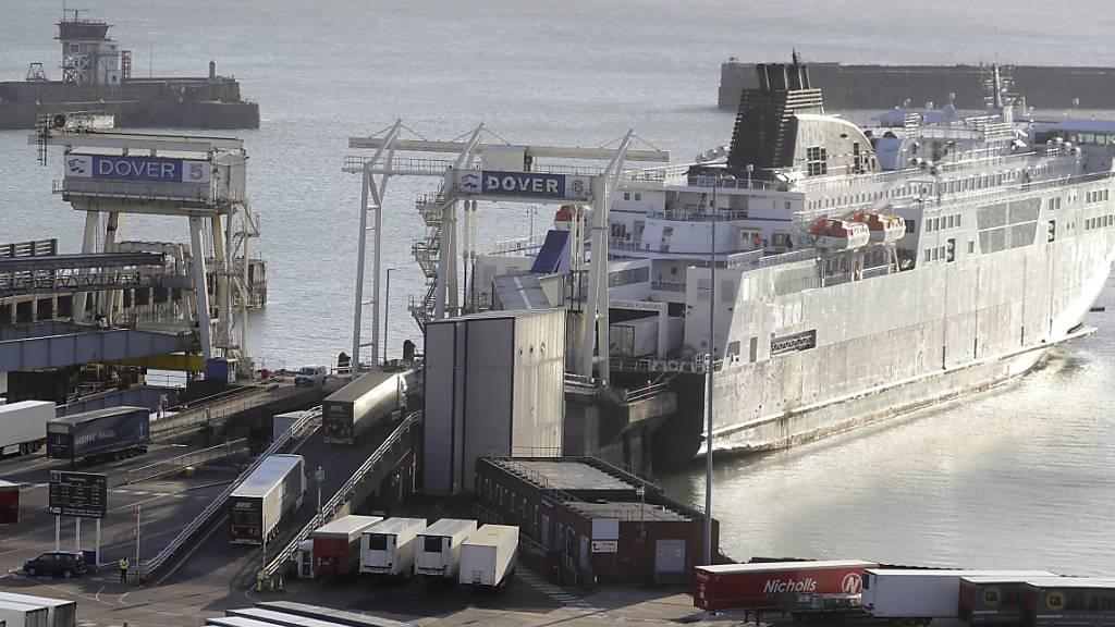Lastwagen fahren die Rampe zu einer Fähre im Hafen von Dover hinauf. In Frankreich ist ein erster Fall der in Großbritannien aufgetretenen Variante des Coronavirus nachgewiesen worden. Foto: Kirsty Wigglesworth/AP/dpa