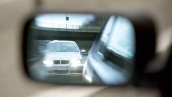 Der Autofahrer war dem Fahrzeug vor ihm über mehrere Kilometer dicht gefolgt. (Symbolbild)