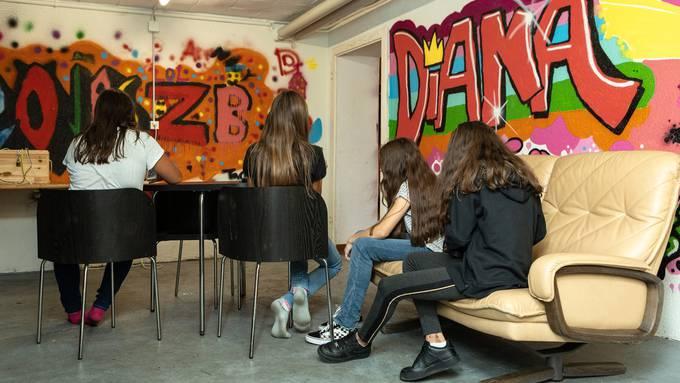 Sofas, Grafitis und Handyladestationen: Das Jugendhaus soll den Jugendlichen ein angenehmes Umfeld bieten.