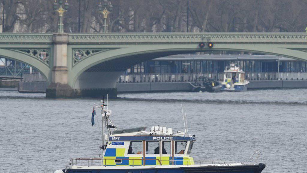 Der Terroranschlag in London vor gut zwei Wochen forderte ein weiteres Todesopfer. Eine 31-jährige Frau aus Rumänien, die bei dem Anschlag von der Westminster Bridge (im Hintergrund des Archivbilds zu sehen) in die Themse geschleudert wurde, starb an den Folgen ihrer Verletzungen.