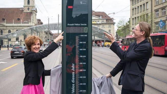 SP-Gemeinderätin Ursula Wyss enthüllt einen der drei neuen Velobarometer in der Stadt Bern.
