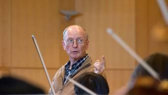 Der Chordirigent Beat Raaflaub leitet heute sein Abschiedskonzert. Wir haben ihn bei der Probe fotografiert.