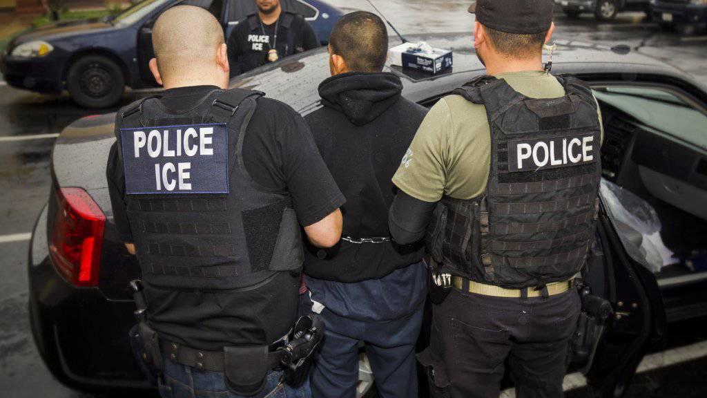 Beamte der US-Polizeibehörde ICE nehmen in Los Angeles im Februar 2017 einen Ausländer fest.