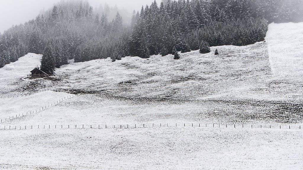 Frisch verschneite Landschaft bei Andermatt. (KEYSTONE/Anthony Anex)