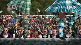 Schottische Tänzerinnen ringen in Braemar um den Tagessieg.