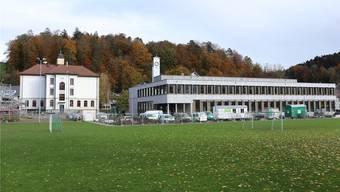 Das alte (links) und das neue Schulhaus von Muhen.