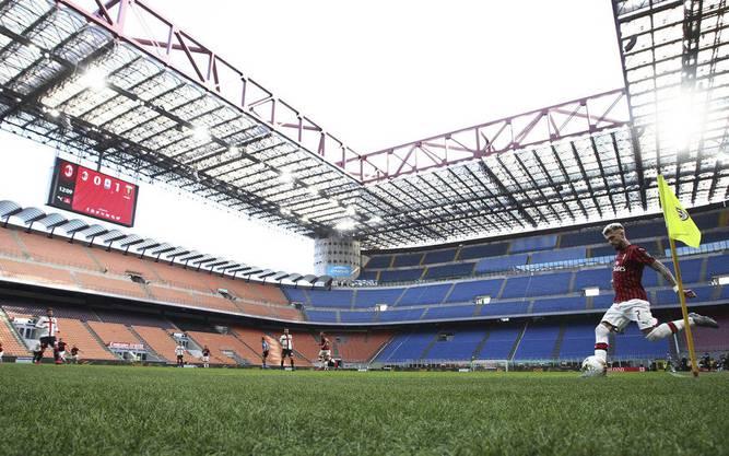 Fussball im leeren Stadion. Die AC Milan verliert am Sonntag zuhause gegen Genua – Fans sind keine zugelassen.