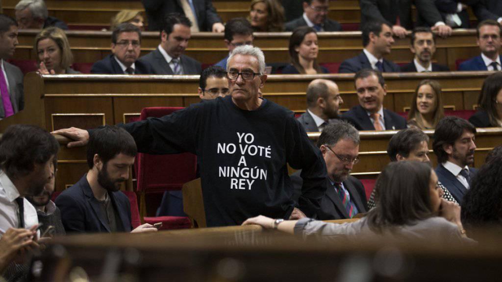 """Abgeordneter in T-Shirt mit Aufschrift """"Ich habe keinen König gewählt""""."""