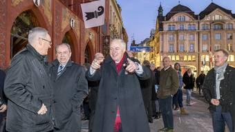 Hier gehts lang! Der neue höchste Basler Heiner Vischer weist der Festgesellschaft den Weg zur Schifflände.