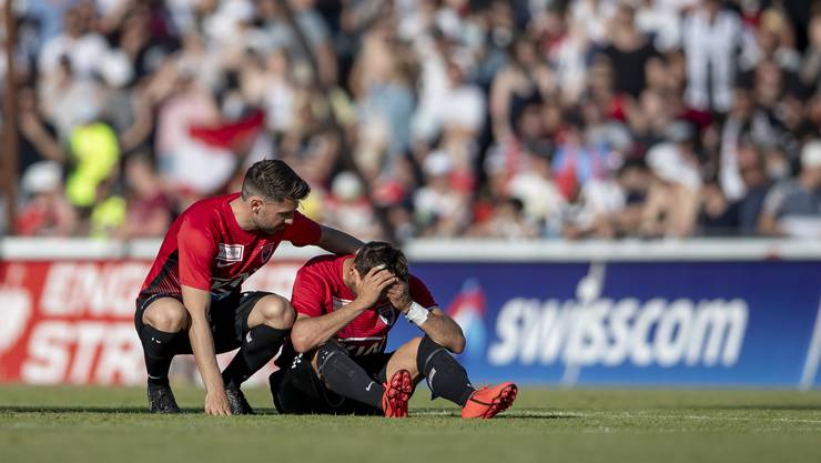 Enttäuschte Aarauer nach dem Barrage Rückspiel zwischen dem FC Aarau und Neuchatel Xamax.