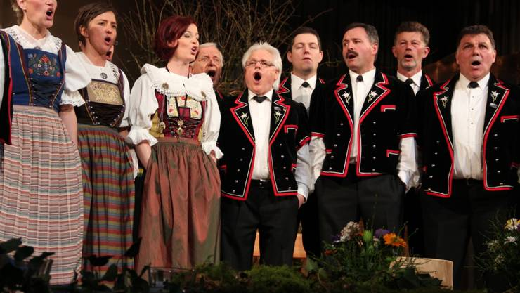 Die Jodler und Jodlerinnen jodeln vor ausverkaufter Halle und bestreiten ihr diesjähriges Konzert ganz alleine