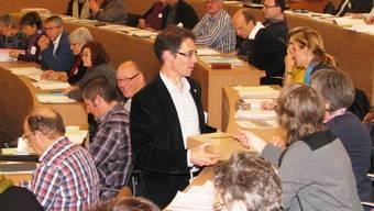 An der Synode vom 5. November werden die Wahlzettel eingesammelt.