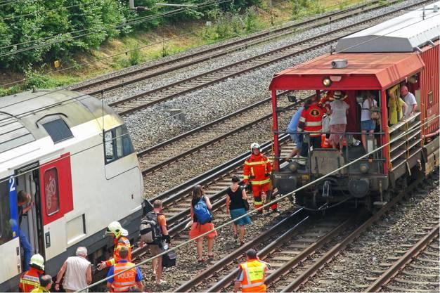 Die Passagiere verlassen den Zug