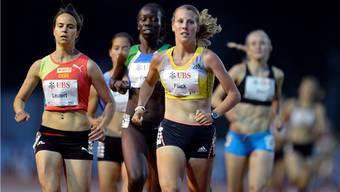 Joelle Flueck (vorne rechts) führt das Rennen über 1500 m an.