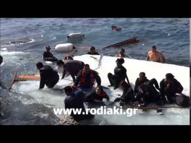 Verzweifelt kämpfen die Schiffbrüchigen gegen die Wellen: Das Video der griechischen Zeitung «Rodiaki» zeigt das Drama, das sich am Montag vor der Insel Rhodos abspielte.