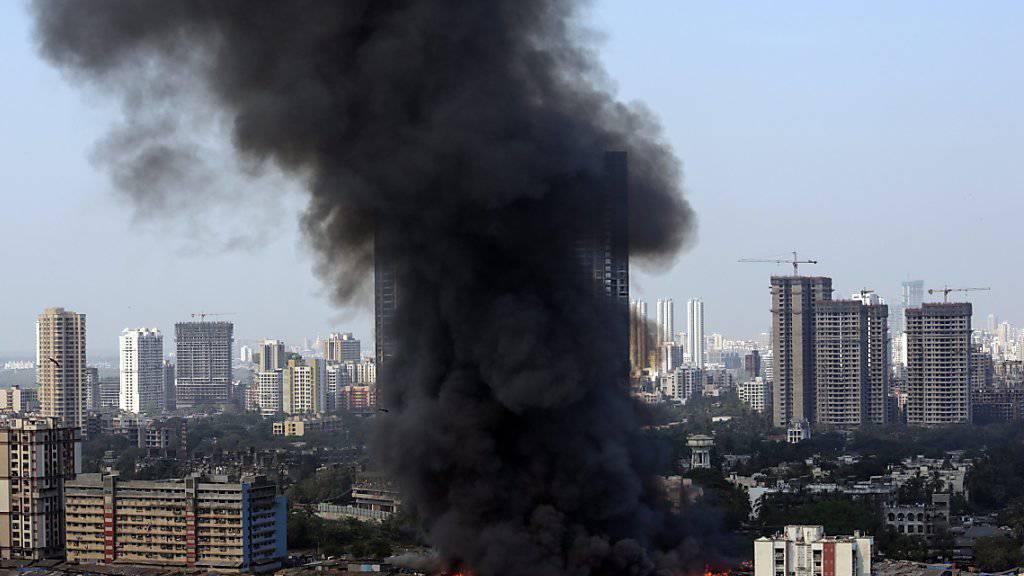 Möbelmarkt in Flammen: Eine schwarze Rauchsäule steigt über der indischen Millionenstadt Mumbai auf.