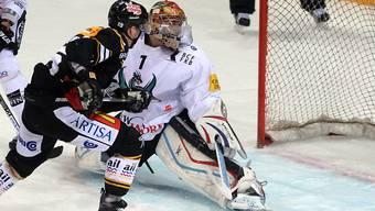 Fribourgs Goalie Conz wird durch Hofmann zum 3:0 bezwungen