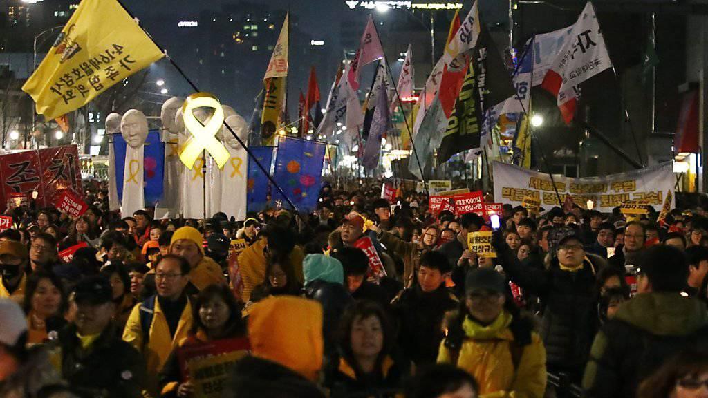 Hunderttausende gingen aus Protest gegen die südkoreanische Präsidentin Park Geun Hye auf die Strasse.