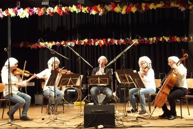 """Das Klarinettenquintett in A-dur von Mozart trugen die Musikschul-Lehrpersonen """"zeitgerecht"""" mit Perückenschmuck vor"""