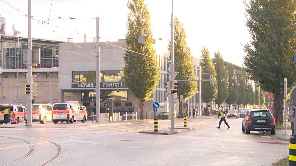 Mercedes kollidiert mit Fussgängerin in Oerlikon