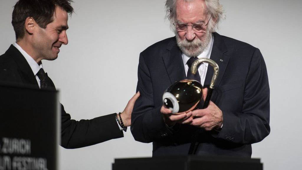 Der kanadische Schauspieler Donald Sutherland erhält die Auszeichnung für sein Lebenswerk von ZFF-Co-Direktor Karl Spoerri.
