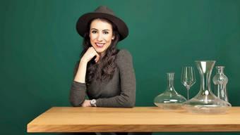 Der kecke Brixton-Hut ist ihr Markenzeichen, der Wein ihre Leidenschaft. Bild: Waserhepp