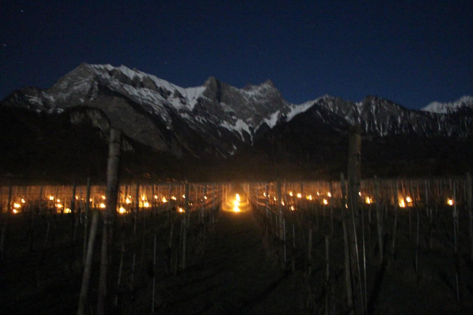 Anfangs war noch alles in Ordnung: 300 brennende Bricketts und der Falknis, der über sie wacht (Bild: FM1Today / Dario Cantieni)