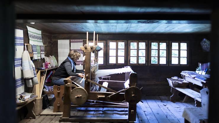 Historische Gebäude und altes Handwerk: das Freilichtmuseum Ballenberg im Spannungsfeld zwischen wirtschaftlicher Realität und nostalgischer Erinnerung.