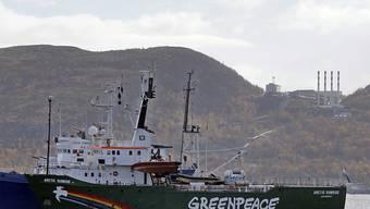 Das unter niederländischer Flagge fahrende Greenpeace-Schiff war 2013 nach einer Protestaktion gegen Ölbohrungen im Arktischen Ozean bei Murmansk von russischen Einheiten geentert und die Mannschaft festgenommen  worden. (Archivbild)