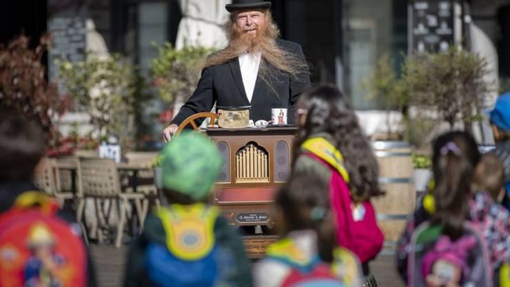 Jörg Wolters spielt seine Drehorgel - zur Freude auch der Kinder - auf Strassen und Plätzen im Tessin.
