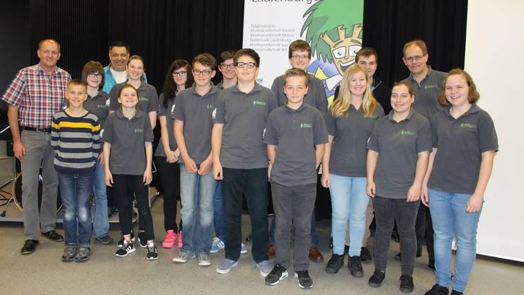 Die Aktivmitglieder der Jugendmusik Region Laufenburg anlässlich der Generalver-sammlung mit ihrem Präsidenten, Dirigenten und Vizedirigenten.