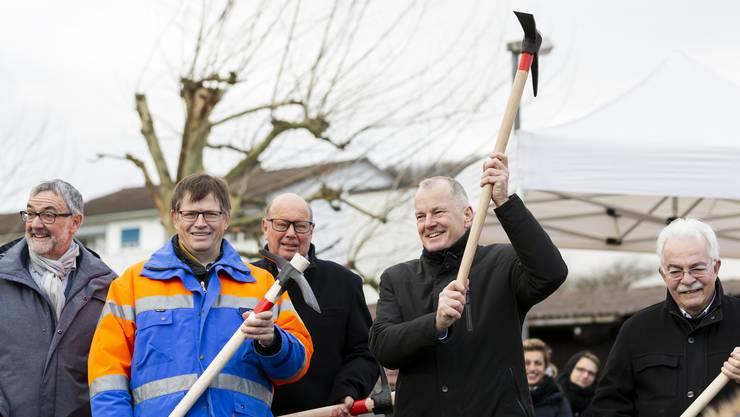 Regierungsrat Stephan Attiger schwang letzte Woche den Pickel am Spatenstich der Ostumfahrung Bad Zurzach.