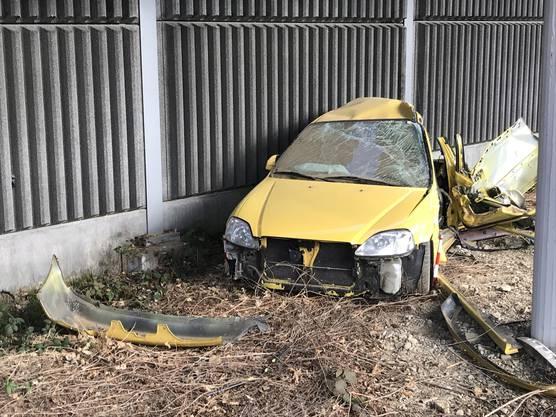 Der Verletzte musste aus dem demolierten Auto geborgen werden.
