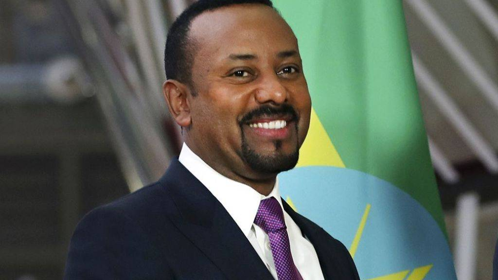 Am Montag erschien Äthiopiens Regierungschef Abiy Ahmed für einmal nicht in der Schale zur Arbeit: Als einer von 23 Millionen Freiwilligen pflanzte er Bäume. Insgesamt sollen diesen Sommer vier Milliarden Bäume gepflanzt werden, um die Umweltprobleme des Landes zu lindern. (Archivbild)
