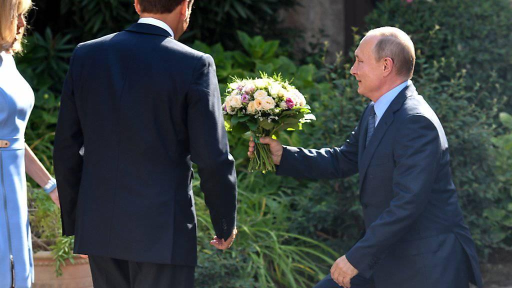 Blumen von Putin für verletzte Brigitte Macron