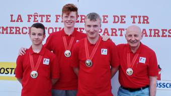Silbermedaille für den Pistolennachwuchs (v.l.n.r.): Marko Markovic, Joel Kym, Adrian Schaub, Trainer René Salathé.