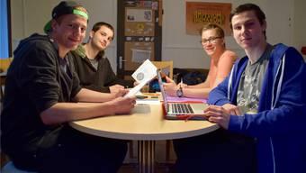 Die «Lalei» an der Arbeit: Martin Güntert, Dorian Daloz, Frederic Roeleven und Dominic Räber an einer Sitzung im «Gsellehüsli». Jocelyn Daloz